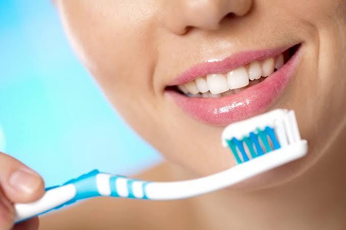 Escovar os dentes antes ou depois das refeições? Eis a questão