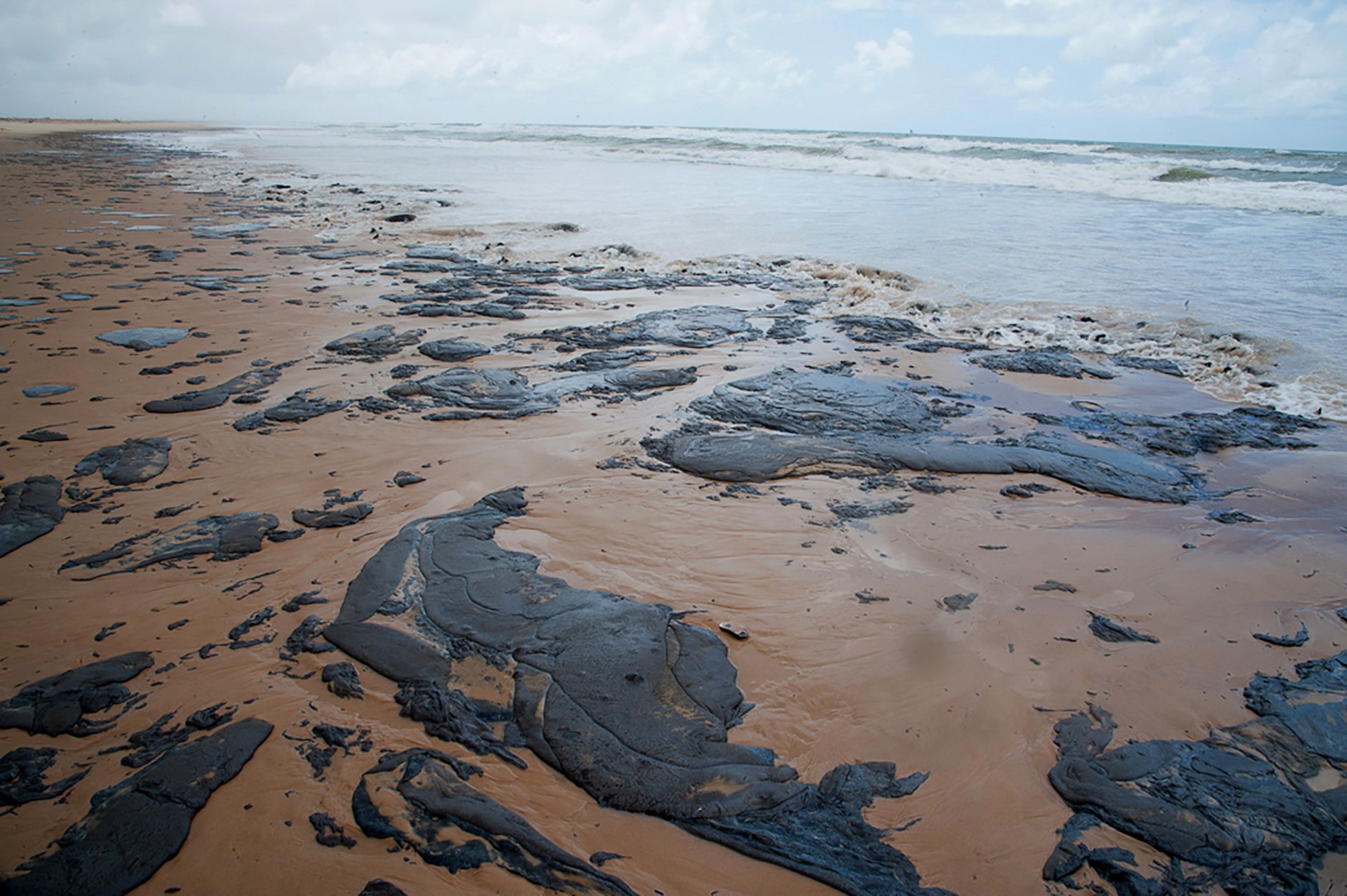 25 de setembro - Manchas de óleo são vistas em uma praia de Sergipe — Foto: Governo de Sergipe via AFP