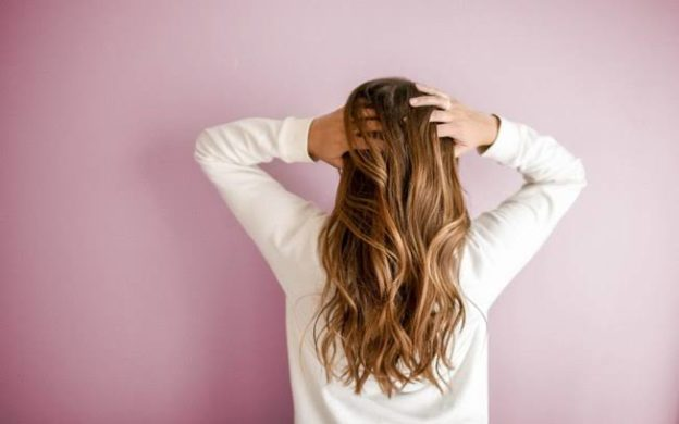 Livre-se do cabelo oleoso com bicarbonato (o seu novo melhor amigo)
